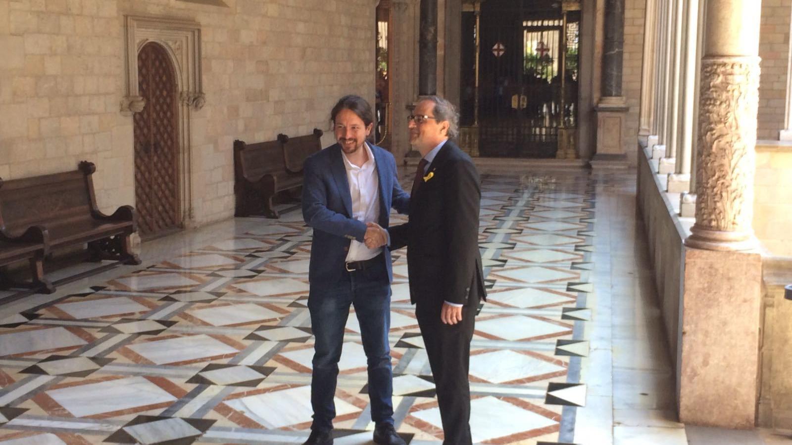 Encaixada de mans de Quim Torra i Pablo Iglesias al Palau de la Generalitat