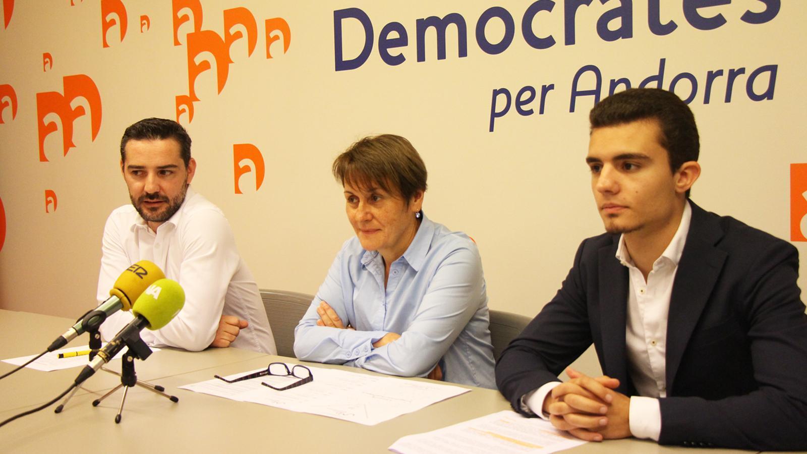 El secretari de comunicació de DA, Marc Ballestà; la secretària d'organització, Roser Suñé, i el president de la secció jove, Jordi Ribes, durant la roda de premsa. / M. T.