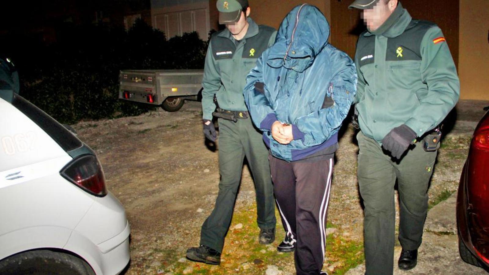 Un dels presumptes autors delo crim en el moment de la seva detenció per agents de la Guàrdia Civil/ALEJANDRO SEPÚLVEDA SOLER
