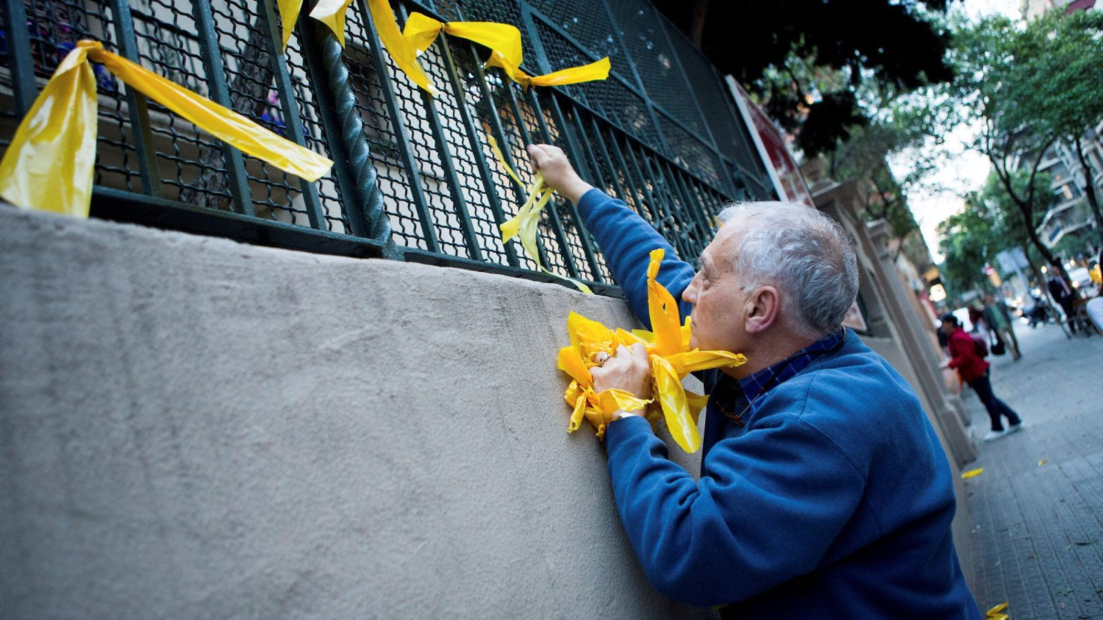L'Estació del Nord de València es desperta amb una vintena de llaços grocs