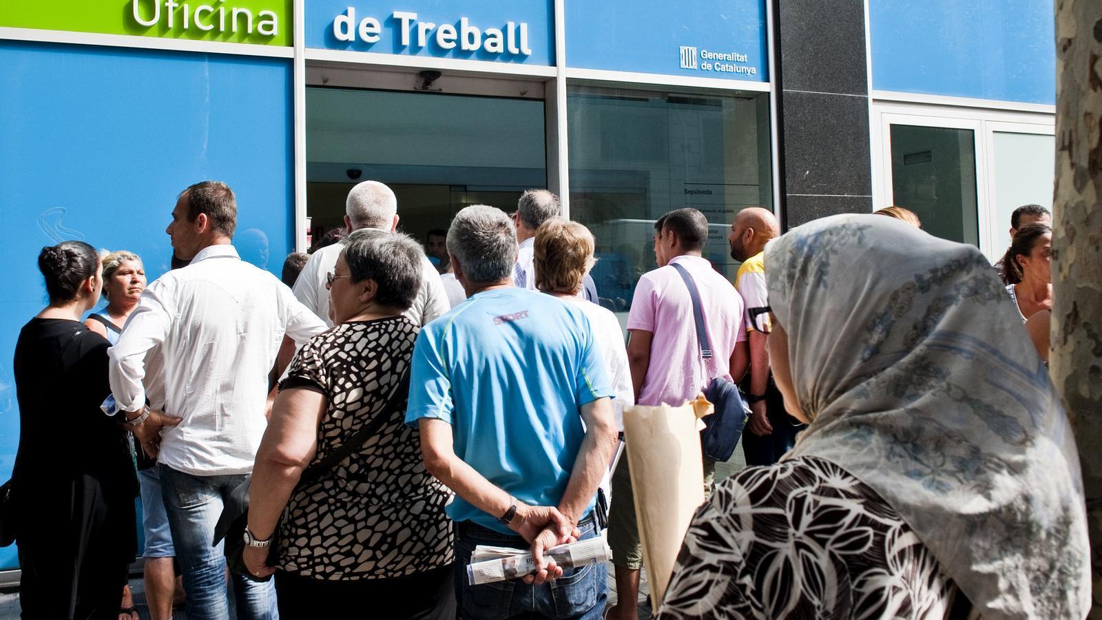 TREBALLADORS A L'ATUR, FAMÍLIES EN CRISI  Tot i que durant els últims dos mesos l'atur s'ha reduït per la contractació temporal de l'estiu, les cues de gent davant les oficines de Treball són una imatge cada cop més freqüent. El govern espanyol va anunciar ahir que els aturats sense prestació d'atur rebran, a partir d'ara, 450 euros si tenen almenys dos familiars al seu càrrec.