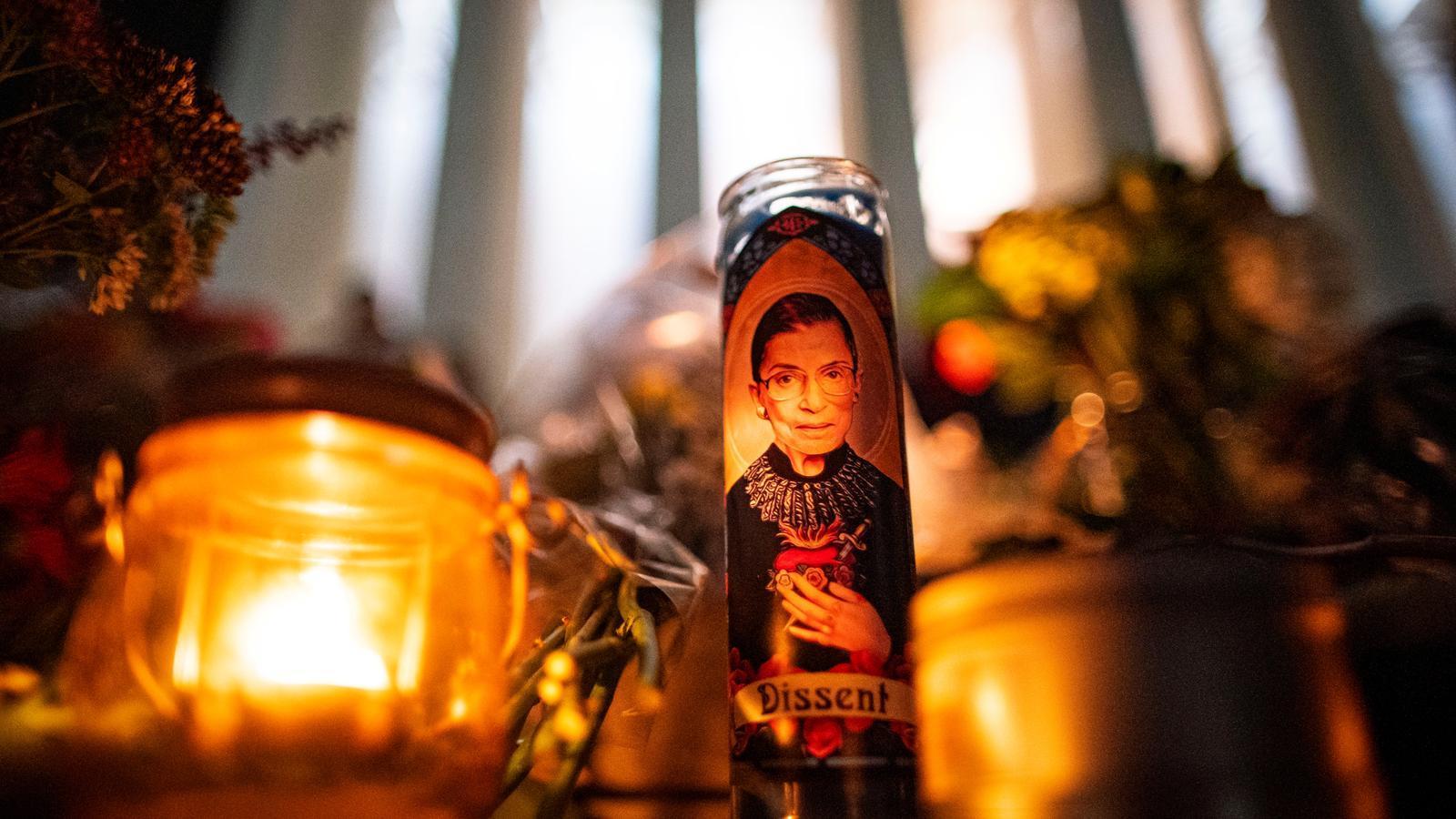 Espelmes en record de Ruth Bader Ginsburg a l'exterior de l'edifici del Tribunal Suprem a Washington.