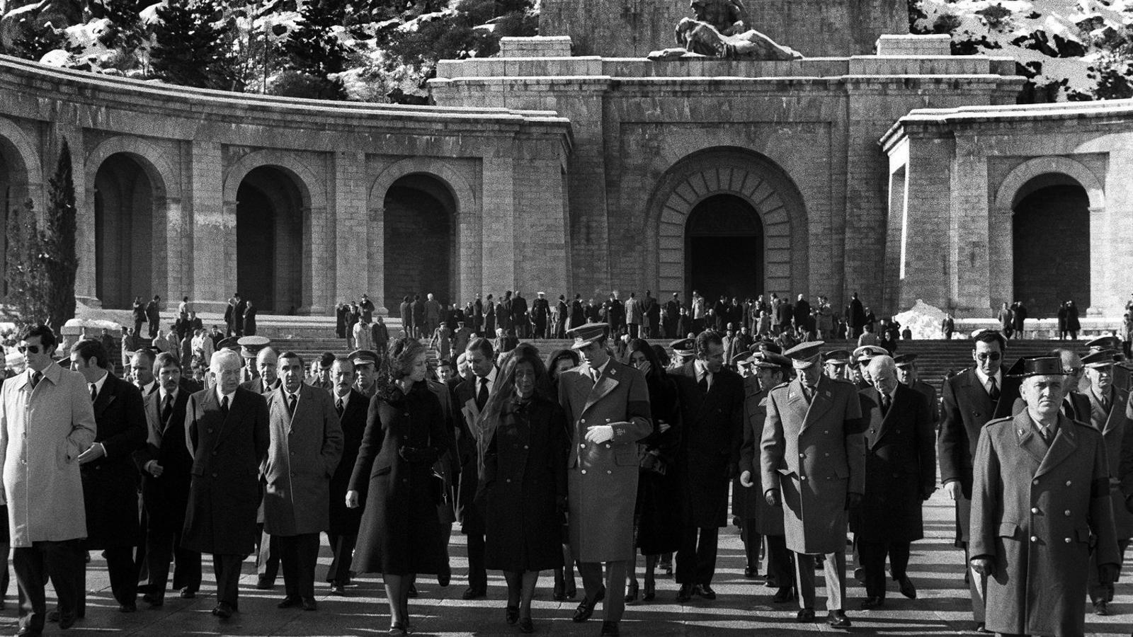 Els reis d'Espanya acompanyant Carmen Polo de Franco a la sortida d'una missa dedicada al dictador al Valle de los Caídos el 20 de desembre del 1975.