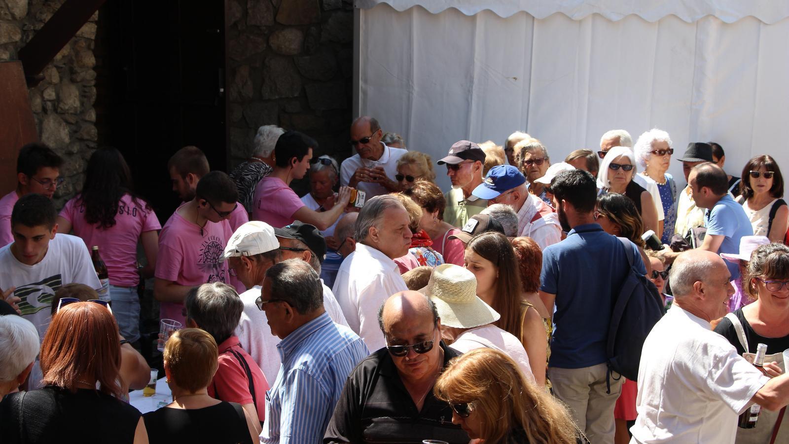 Moment del vermut popular servit pels joves de la comisió de festes. / C. A.
