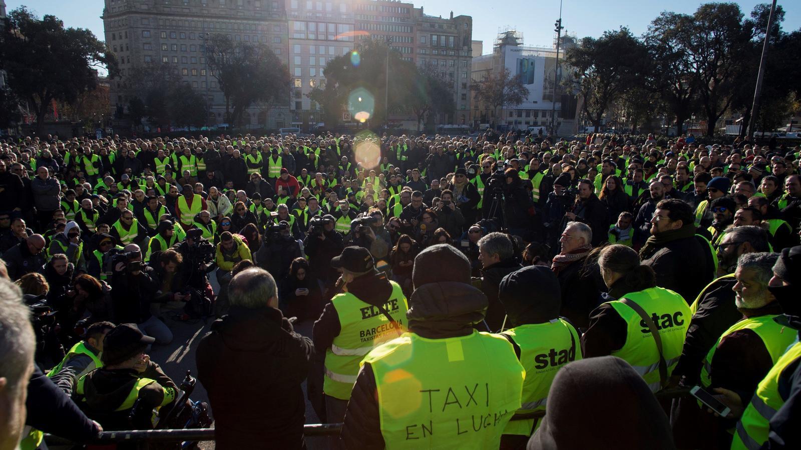 Els taxistes es manifesten des de la plaça Catalunya fins a la conselleria de Territori