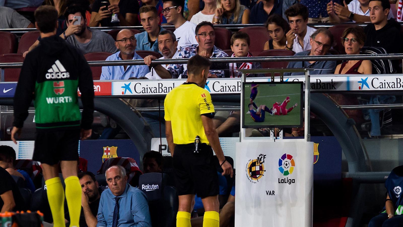 L'extremeny Gil Manzano va fer servir el VAR en el Barça-Girona per expulsar Lenglet amb vermella directa.