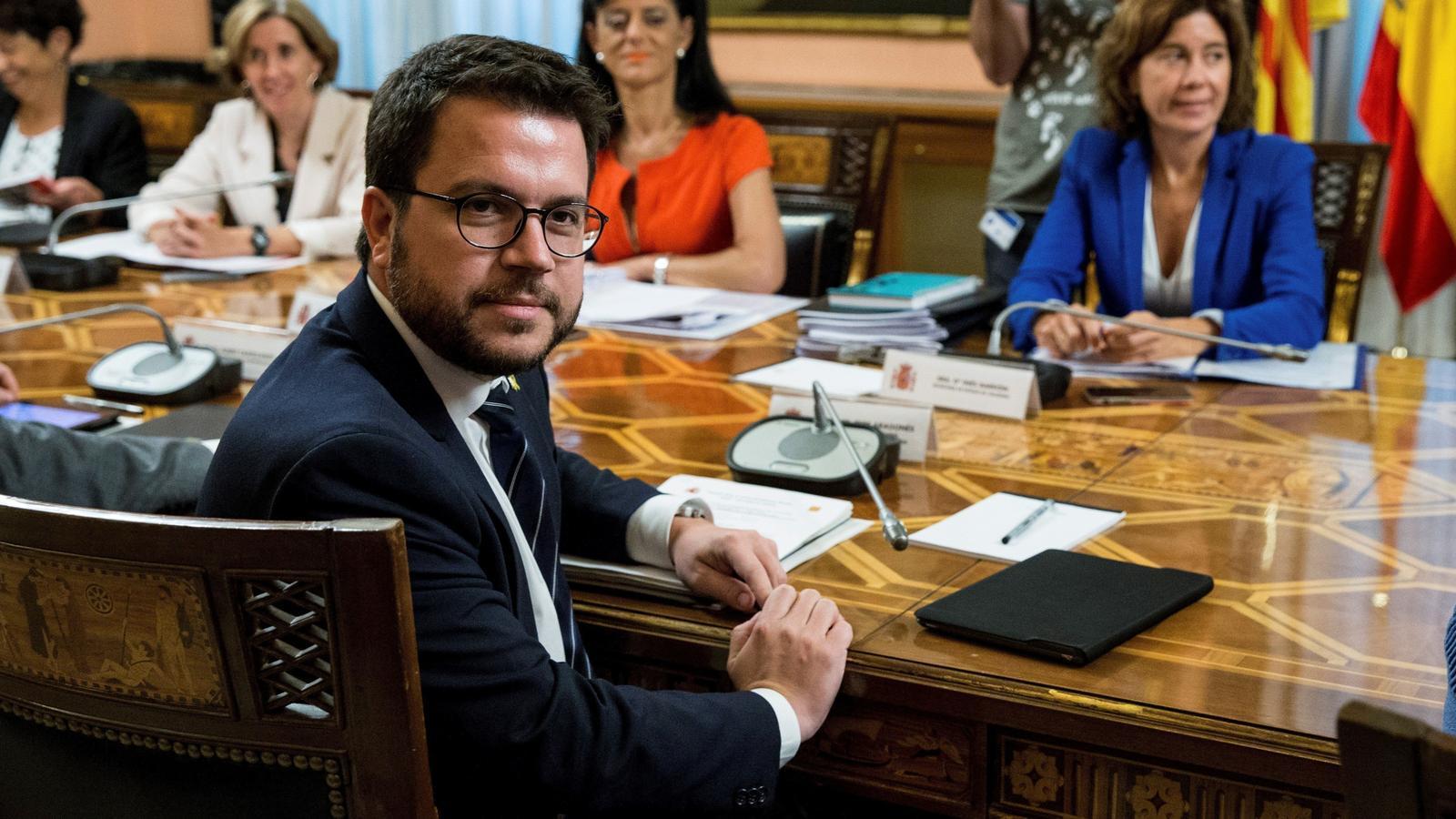 El vicepresident del Govern, Pere Aragonès amb la secretària d'Estat d'Hisenda, Inés Bardón.