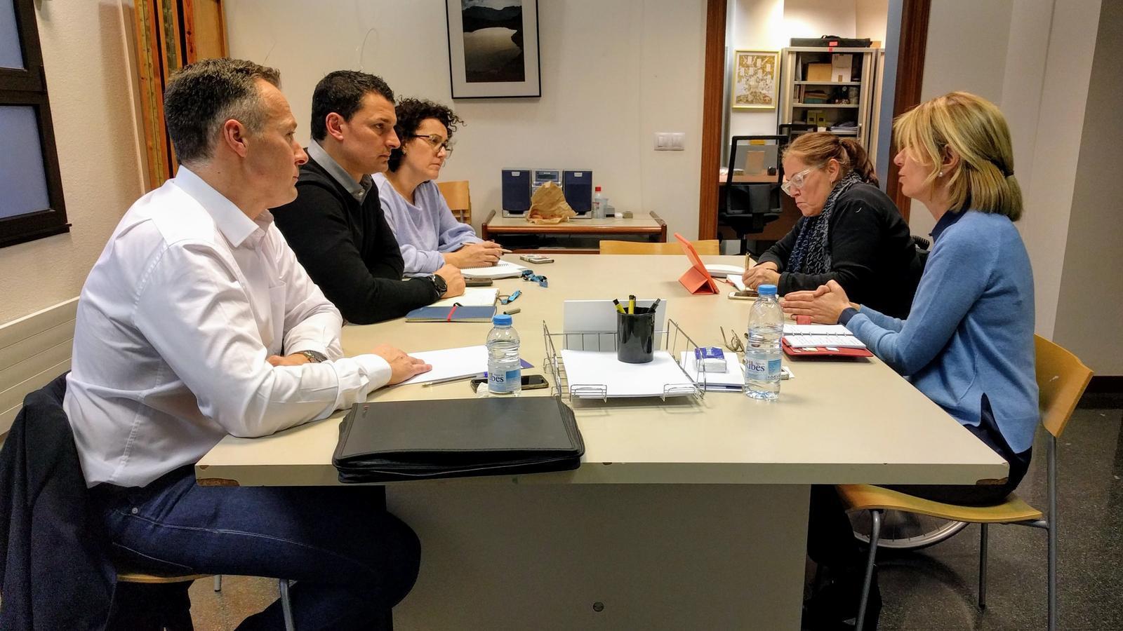 Els consellers liberals Ferran Costa, Jordi Gallardo i Judith Pallarés, reunits amb les representants d'AMIDA i AUTEA. / LIBERALS D'ANDORRA