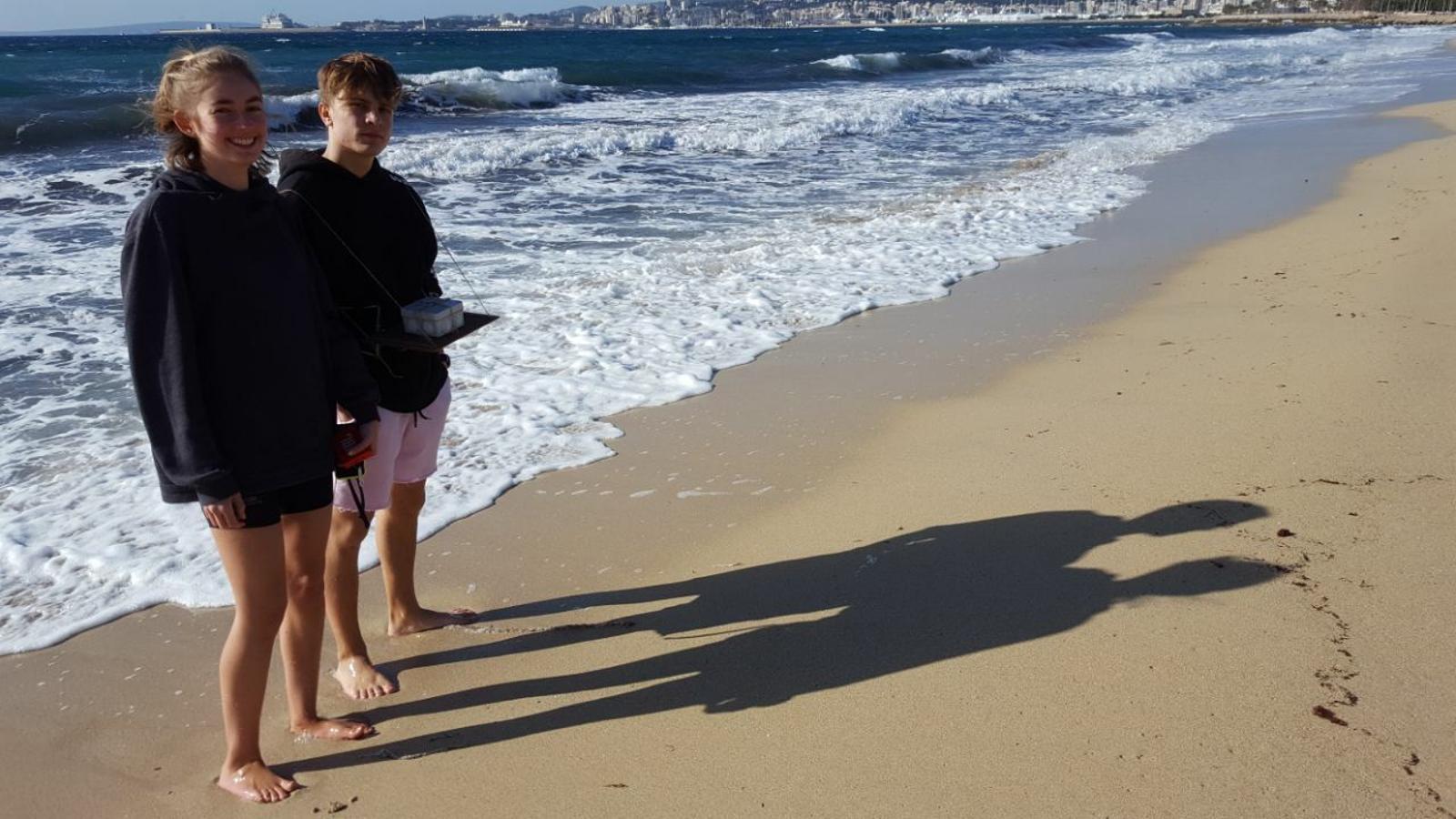 Alumnes Joan Alcover recullen dades per un estudi científic sobre la pujada de la mar
