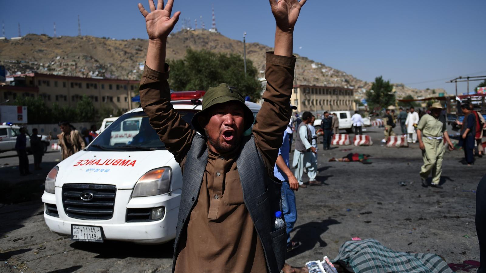 Un home aixeca els braços, desesperat, després de l'atemptat d'aquest dissabte a Kabul