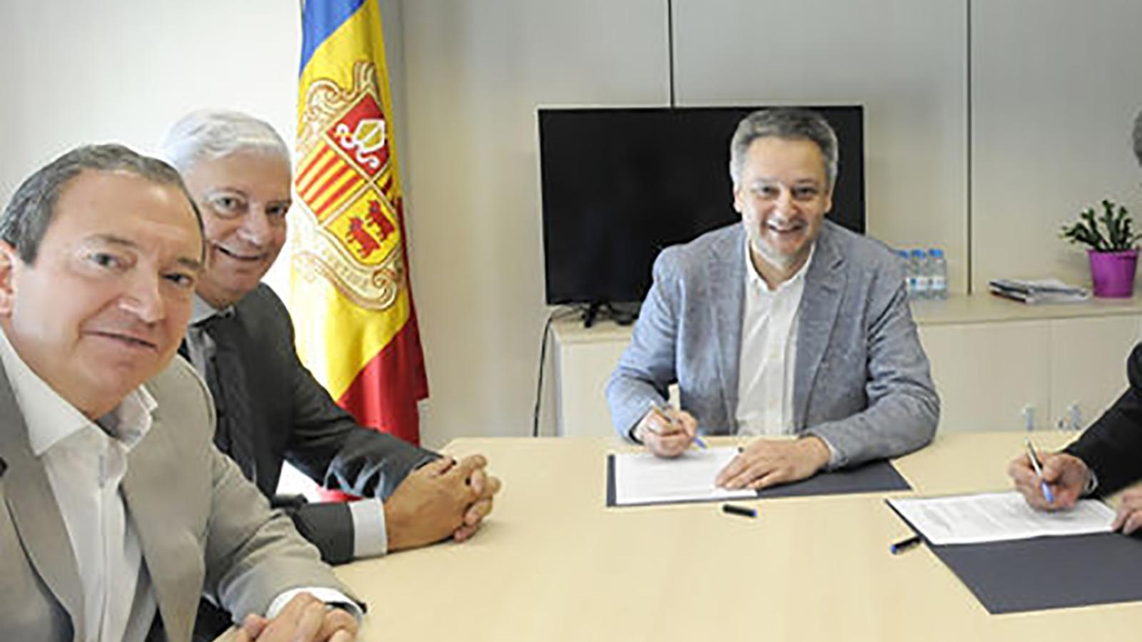 El directiu i el president de la CEA, Pere Augé i Gerard Cadena respectivament, en un acte amb el ministre d'Economia, Innovació i Competitivitat, Gilbert Saboya. / ARXIU ANA