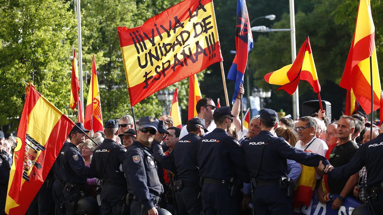 La protesta ultra contra la conferència de Puigdemont a Madrid