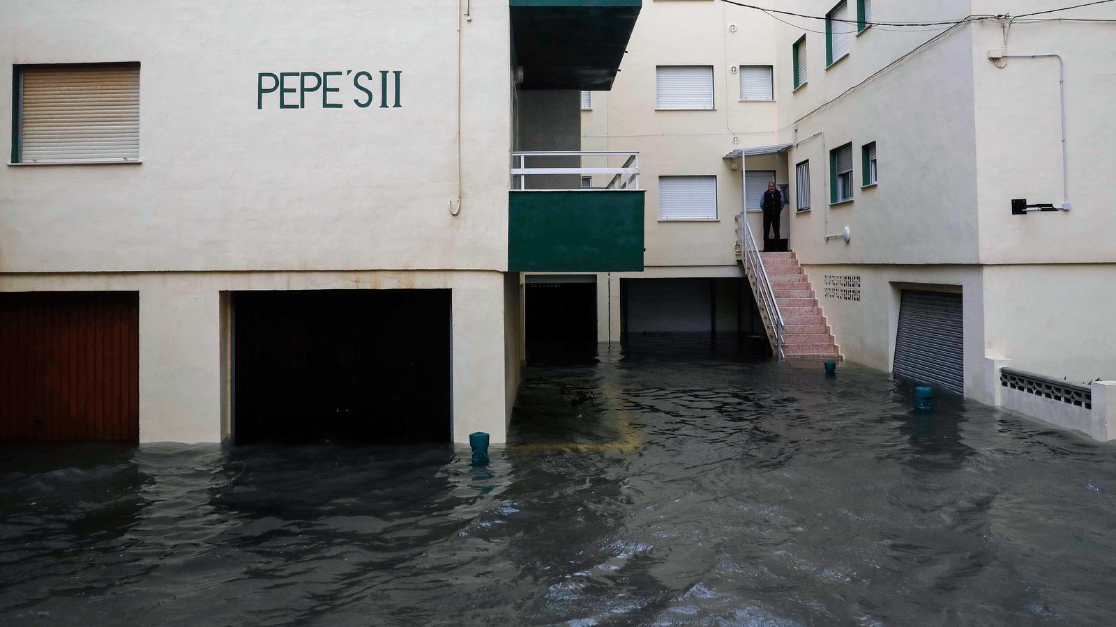 Nombroses inundacions i talls de carreteres al País Valencià, on ja s'acumulen més de 372 litres