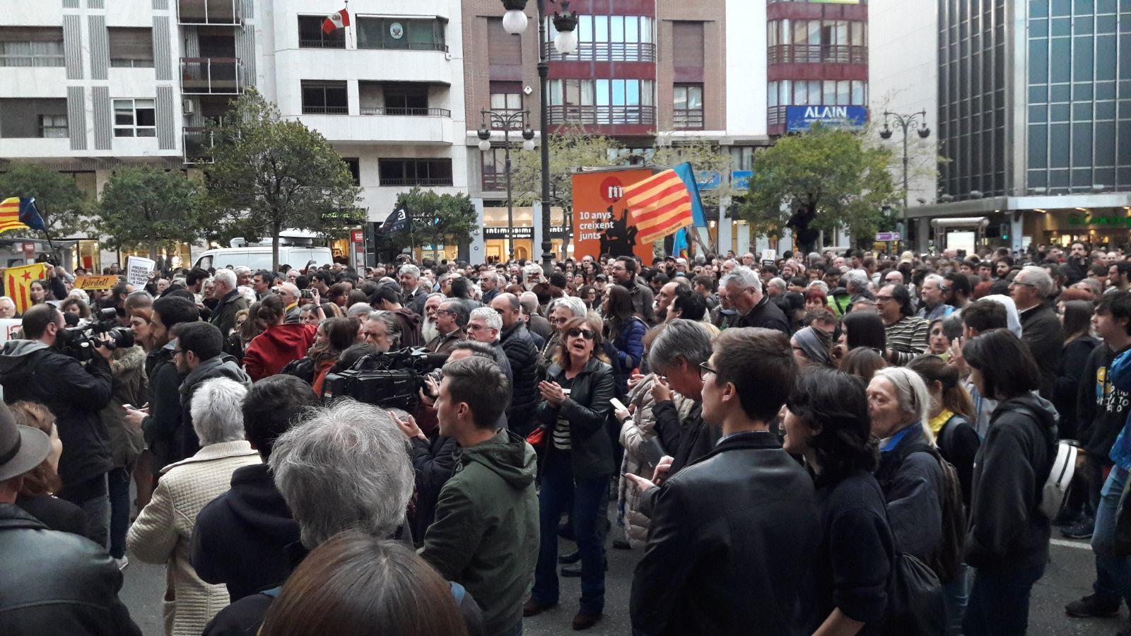 """Centenars de valencians reclamen l'alliberament """"dels presos polítics"""" catalans"""