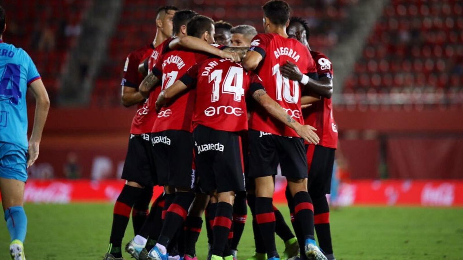 Els jugadors del Mallorca celebren el gol de la victòria