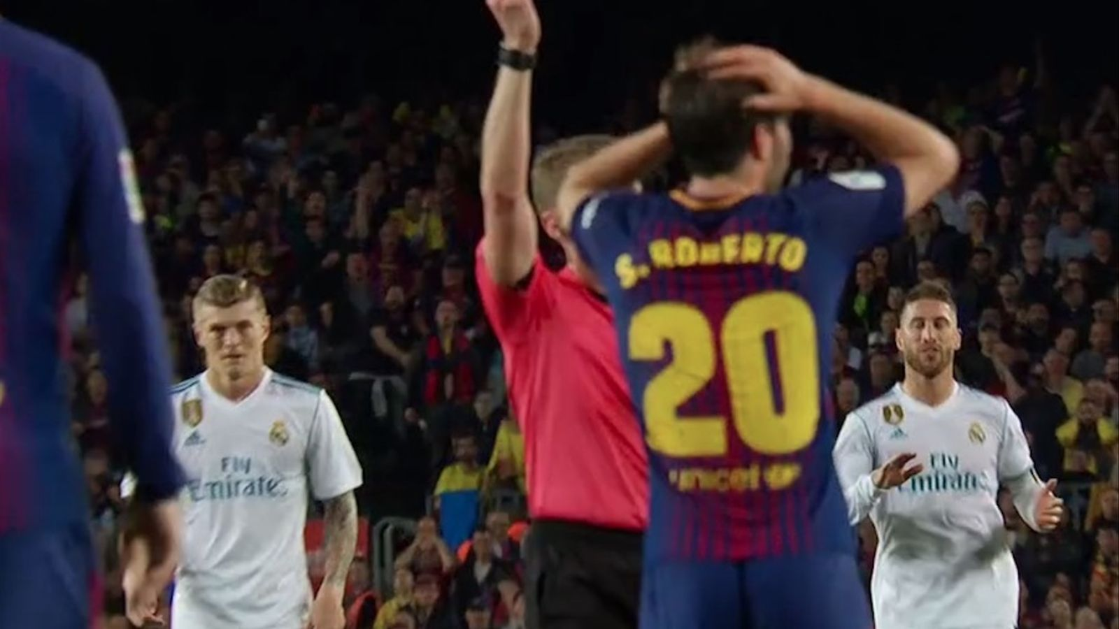 Moment en què Hernández Hernández expulsa Sergi Roberto
