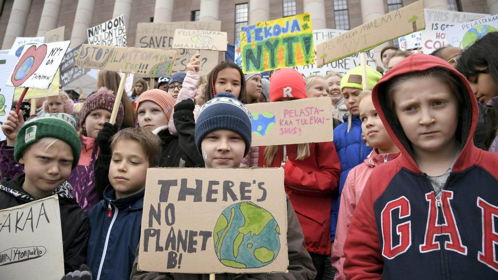 Un grup de nens protesta davant del Parlament de Hèlsinki, a Finlàndia