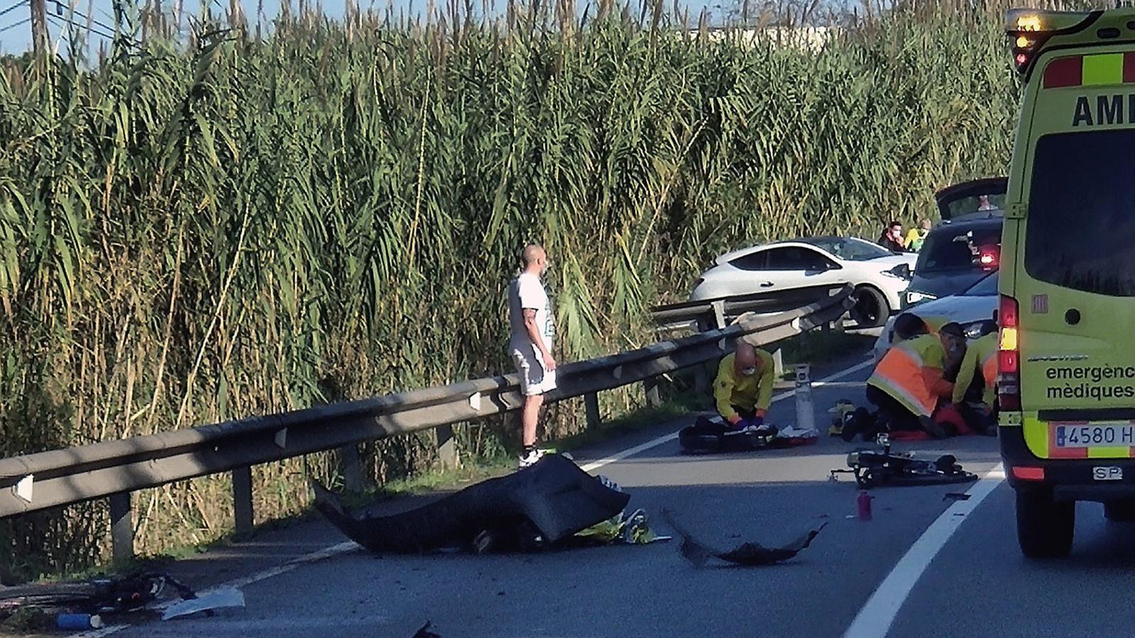 Un cotxe envaeix el carril contrari i mata dos ciclistes