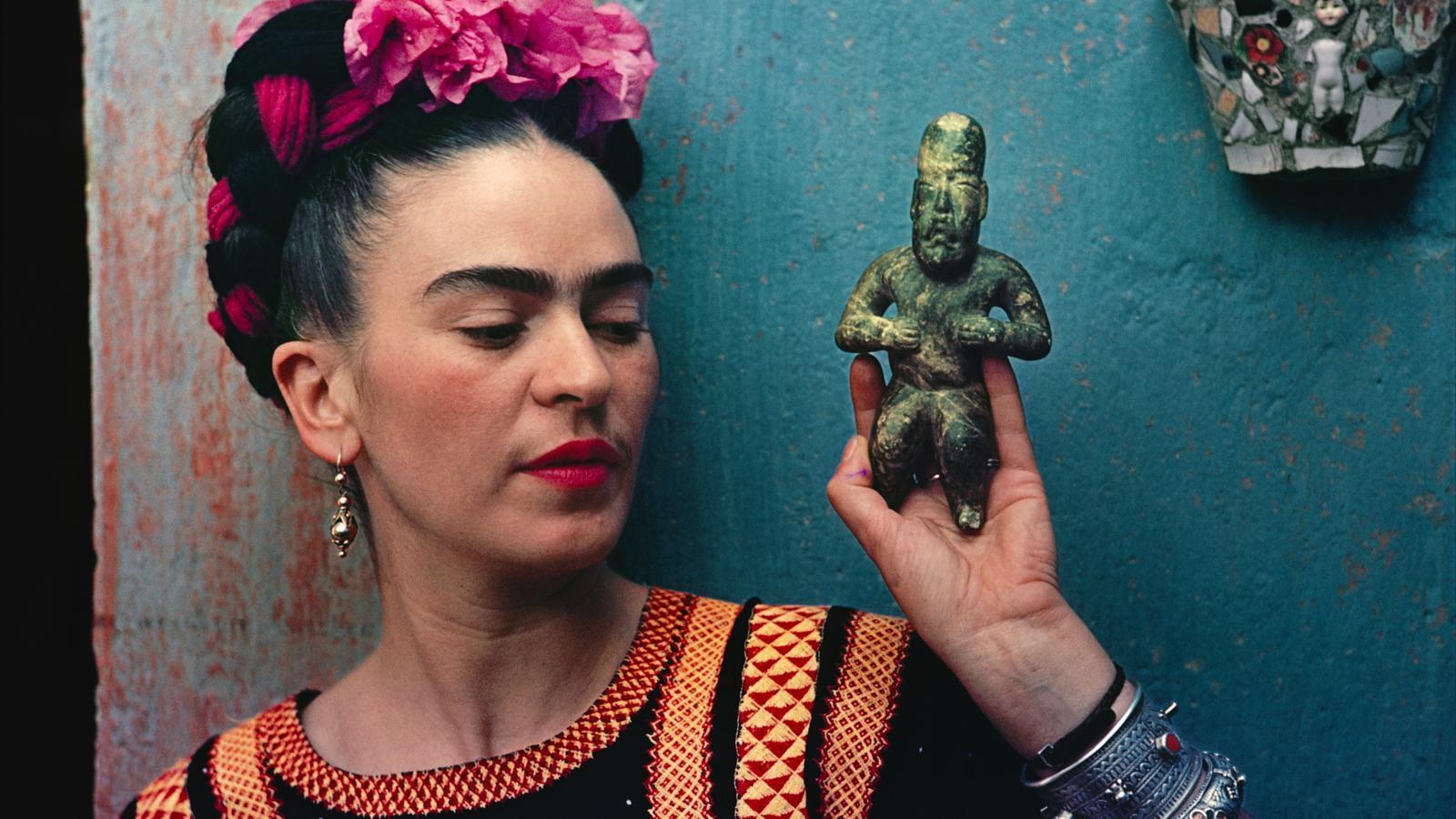 Frida Kahlo sosté una figureta d'artesania olmeca