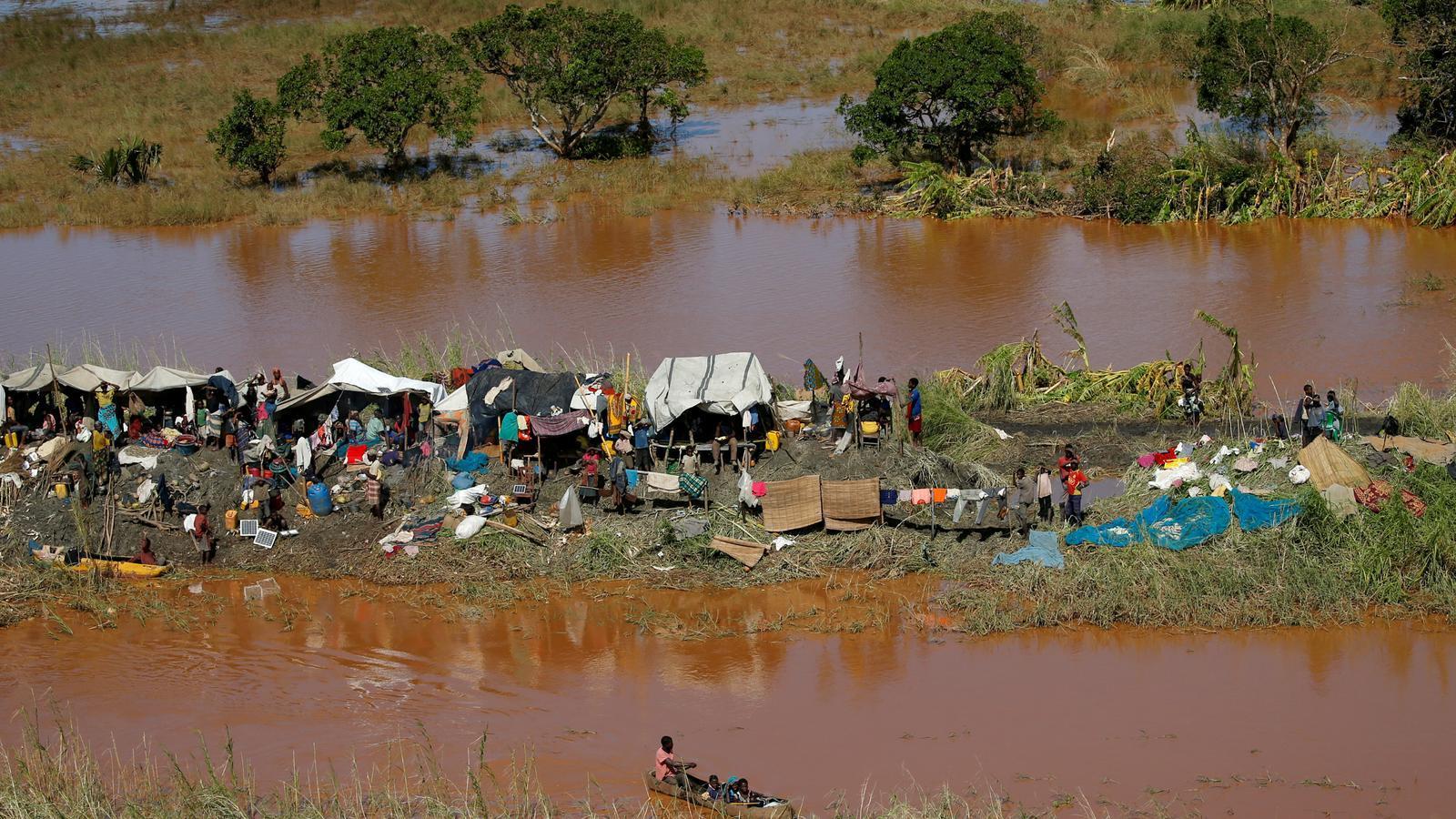 Residents a Buzi, a prop de Beira, esperant que els rescatin en un tros de terra que ha quedat per sobre de l'aigua