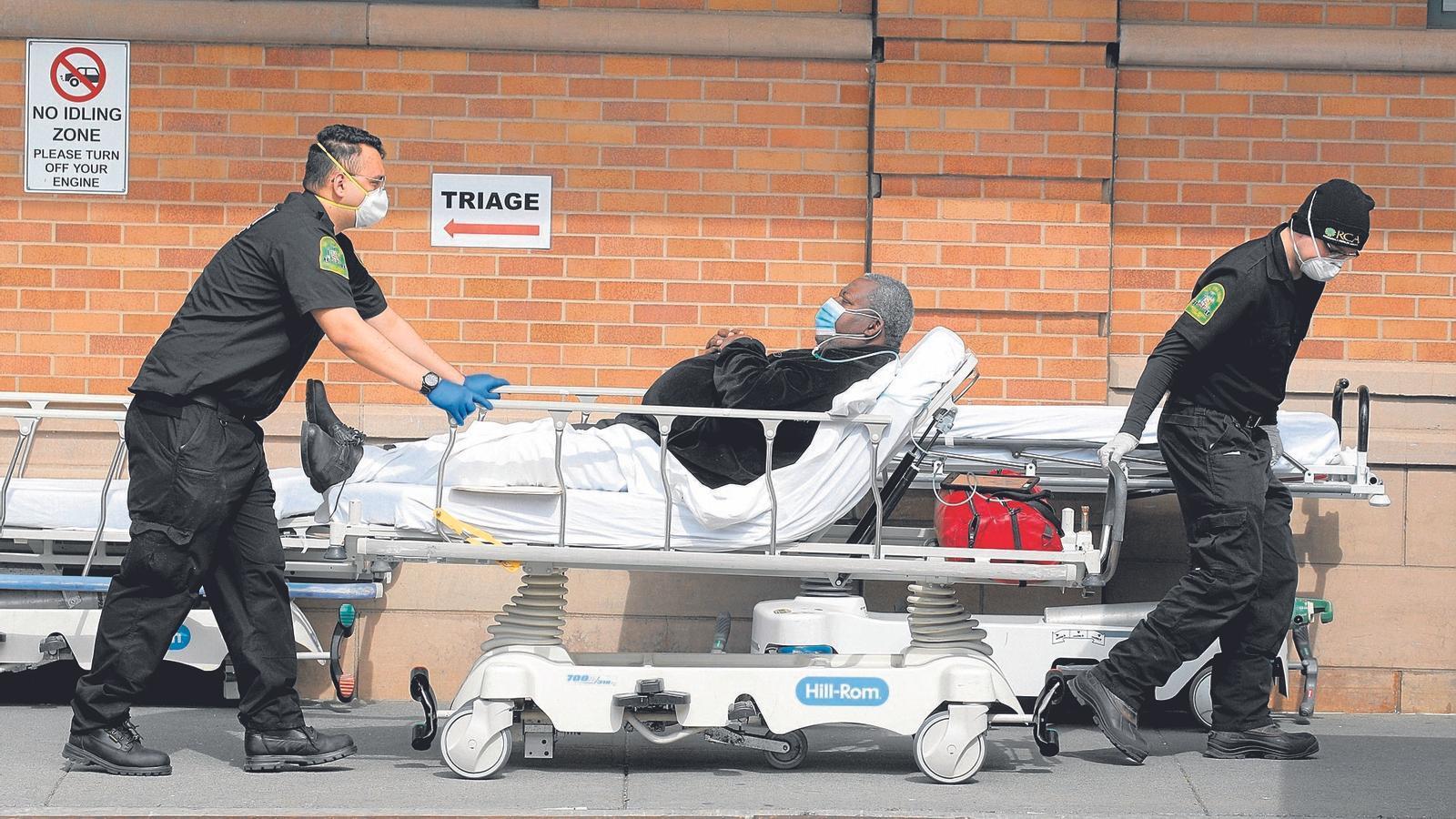 Un pacient afroamericà  amb mascareta ingressant a un hospital de Nova York
