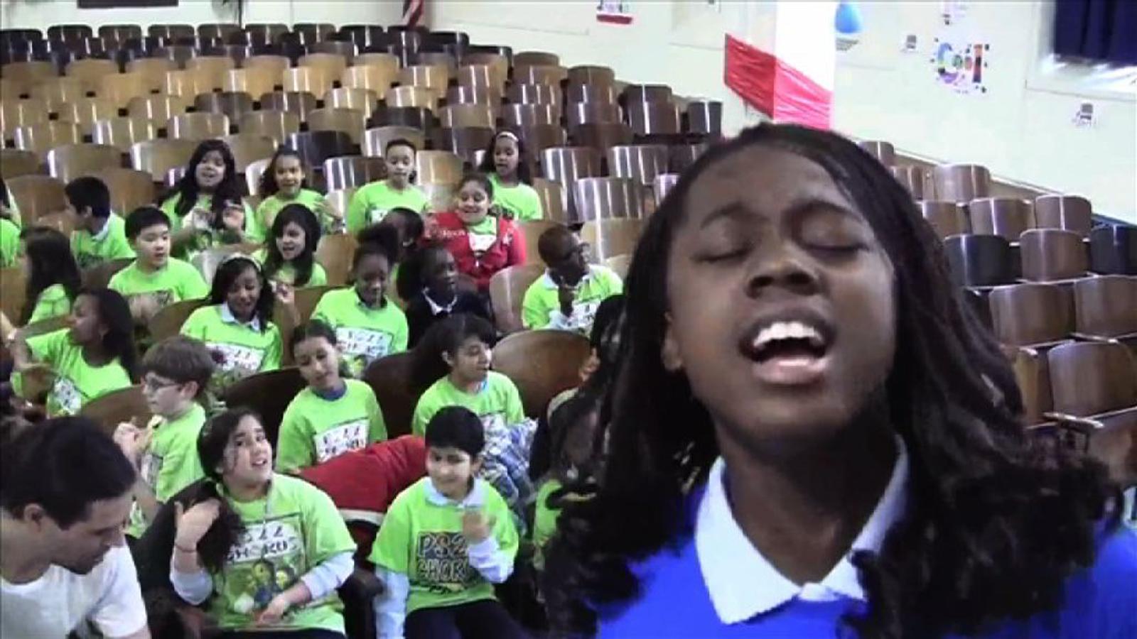 Els nens de l'escola PS22 de Nova York emocionen cantant