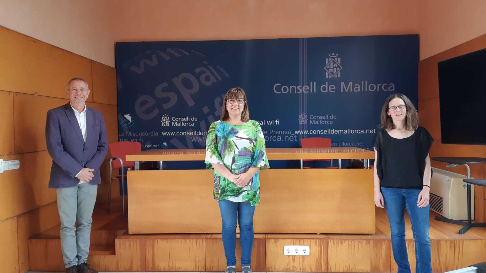 El director insular de Política Lingüística, Lluís Segura; la consellera insular de Cultura, Bel Busquets, i la directora adjunta del Teatre Principal, Marta Ferrer, en la presentació dels premis Mallorca de Creació Literària