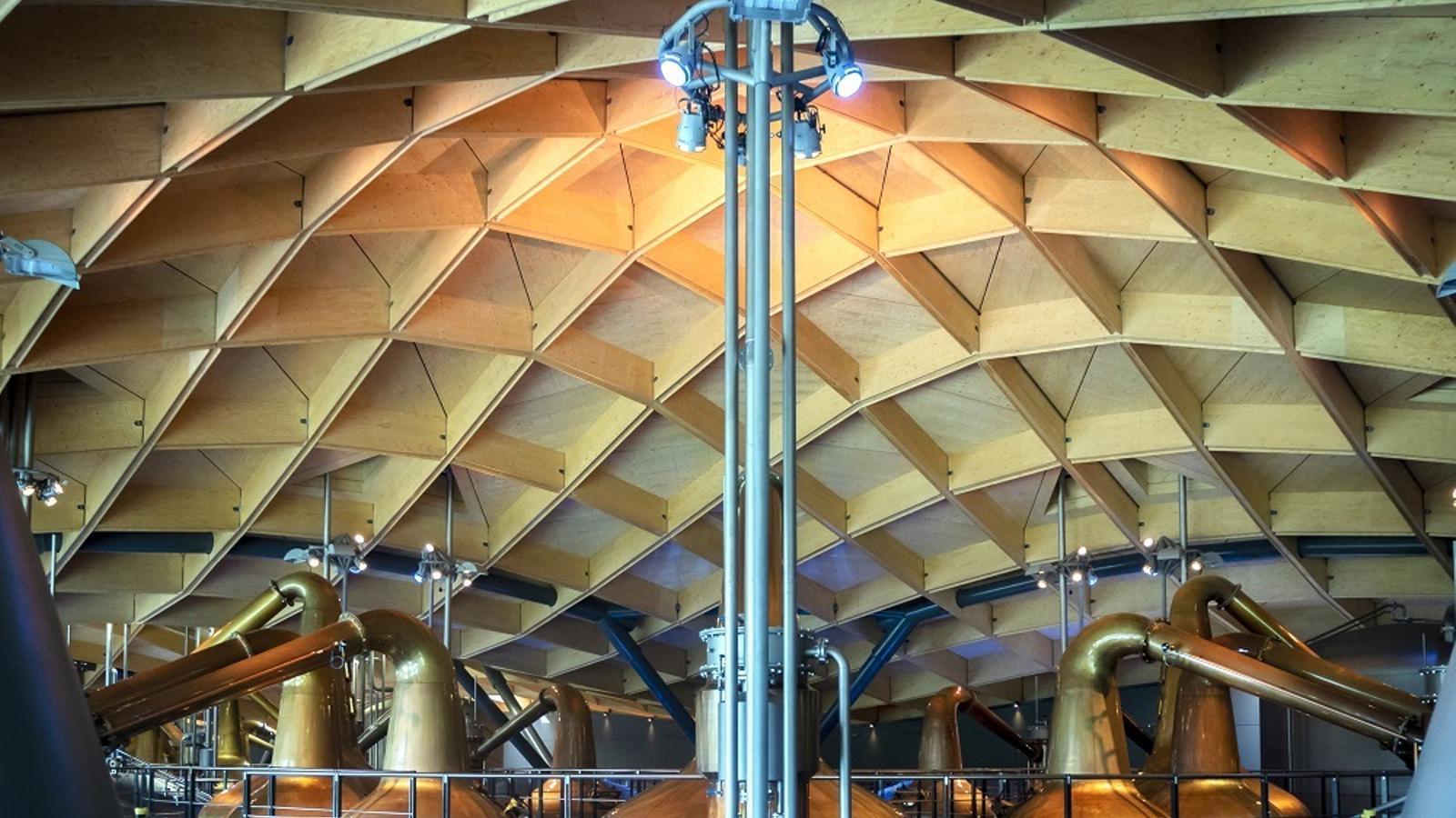 La zona de destil·lació, d'estètica futurista.