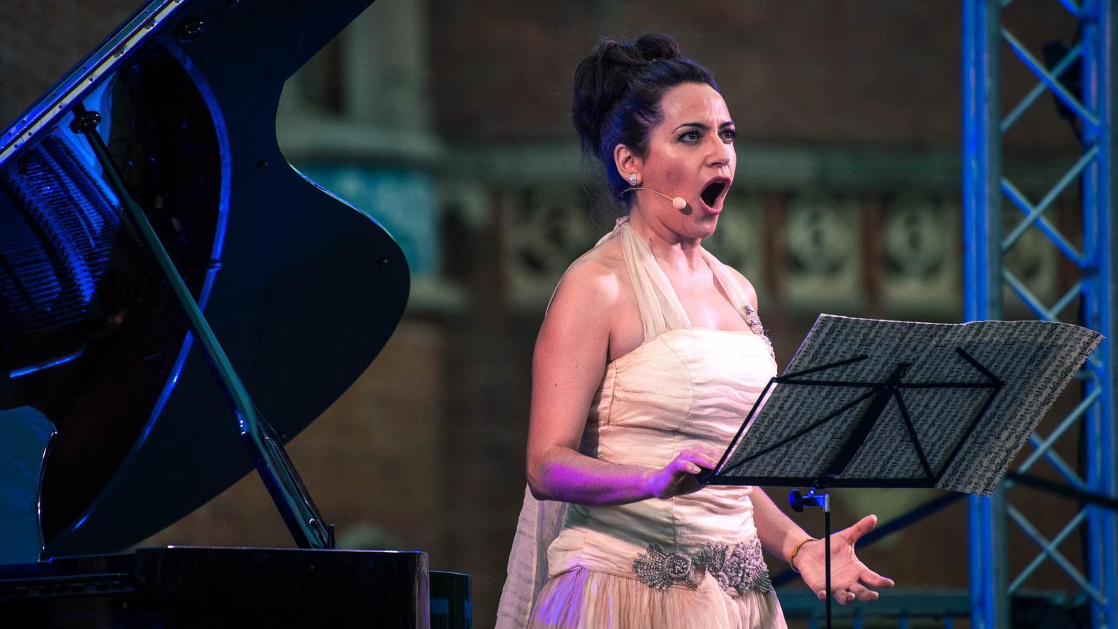 La mezzosoprano Anna Alàs durant el recital al Recinte Modernista de Sant Pau