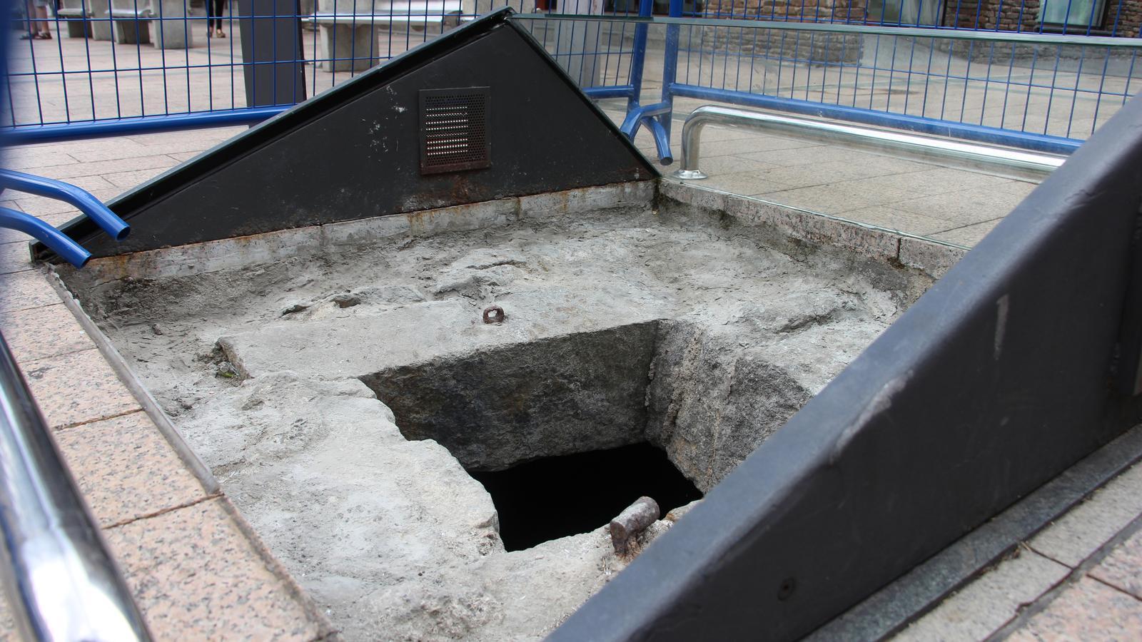L'antiga presó, que es troba tot just davant del comú d'Andorra la Vella, encerclada per tanques a causa dels danys fets la matinada d'aquest dijous. / ANA