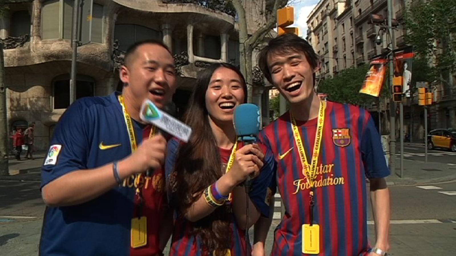 Tres xinesos enamorats del Barça visiten Catalunya i ens canten l'himne del club davant de la Pedrera