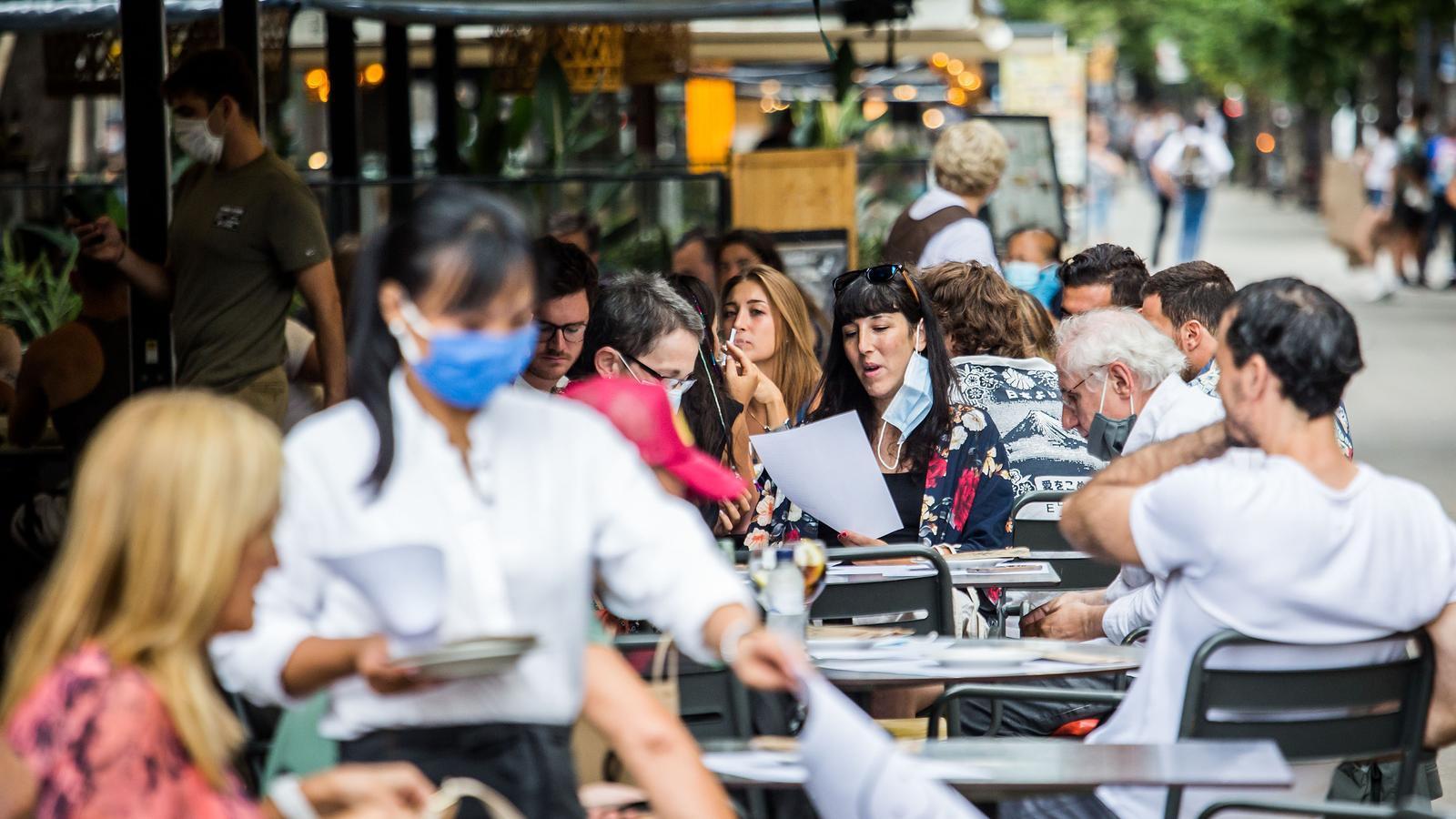 Terrassa d'un restaurant del centre de Barcelona amb totes les taules ocupades en una imatge recent