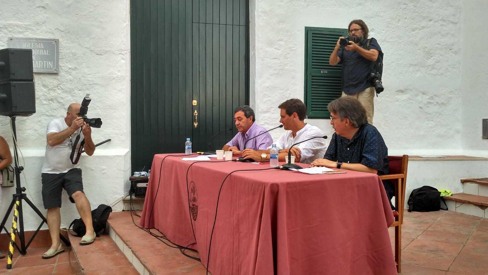 El president de Cs a Balears, Xavier Pericay, el president estatal de Cs, Albert Rivera, i el batle del Mercadal, el socialista Francesc Ametller.