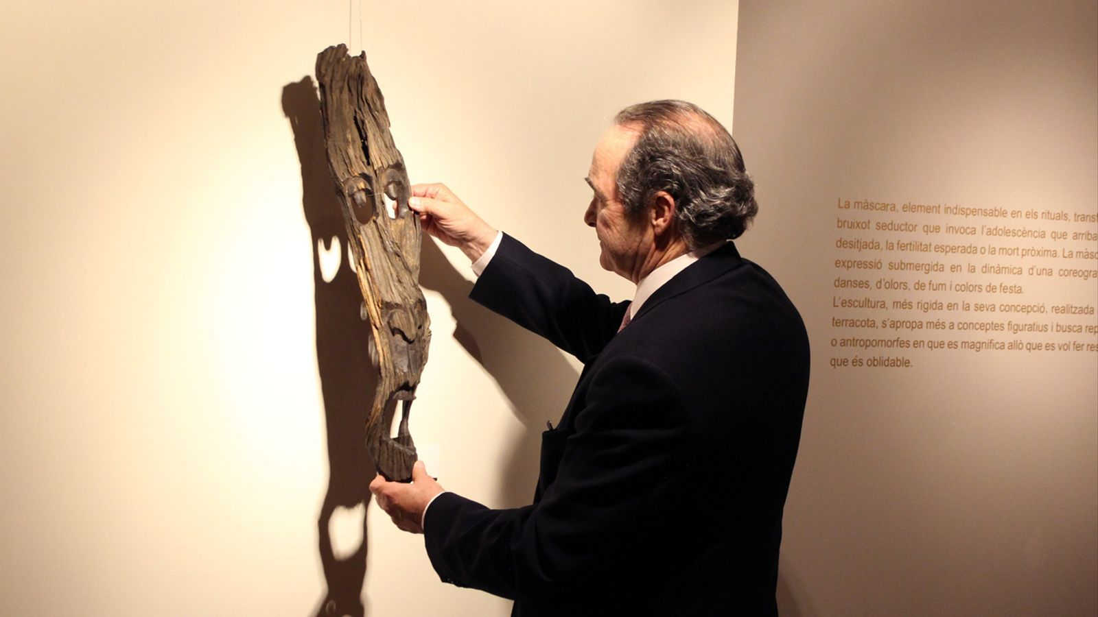El col·leccionsta Ramon Abad mostra una de les peces de la seva col·lecció. / T. N. (ANA)