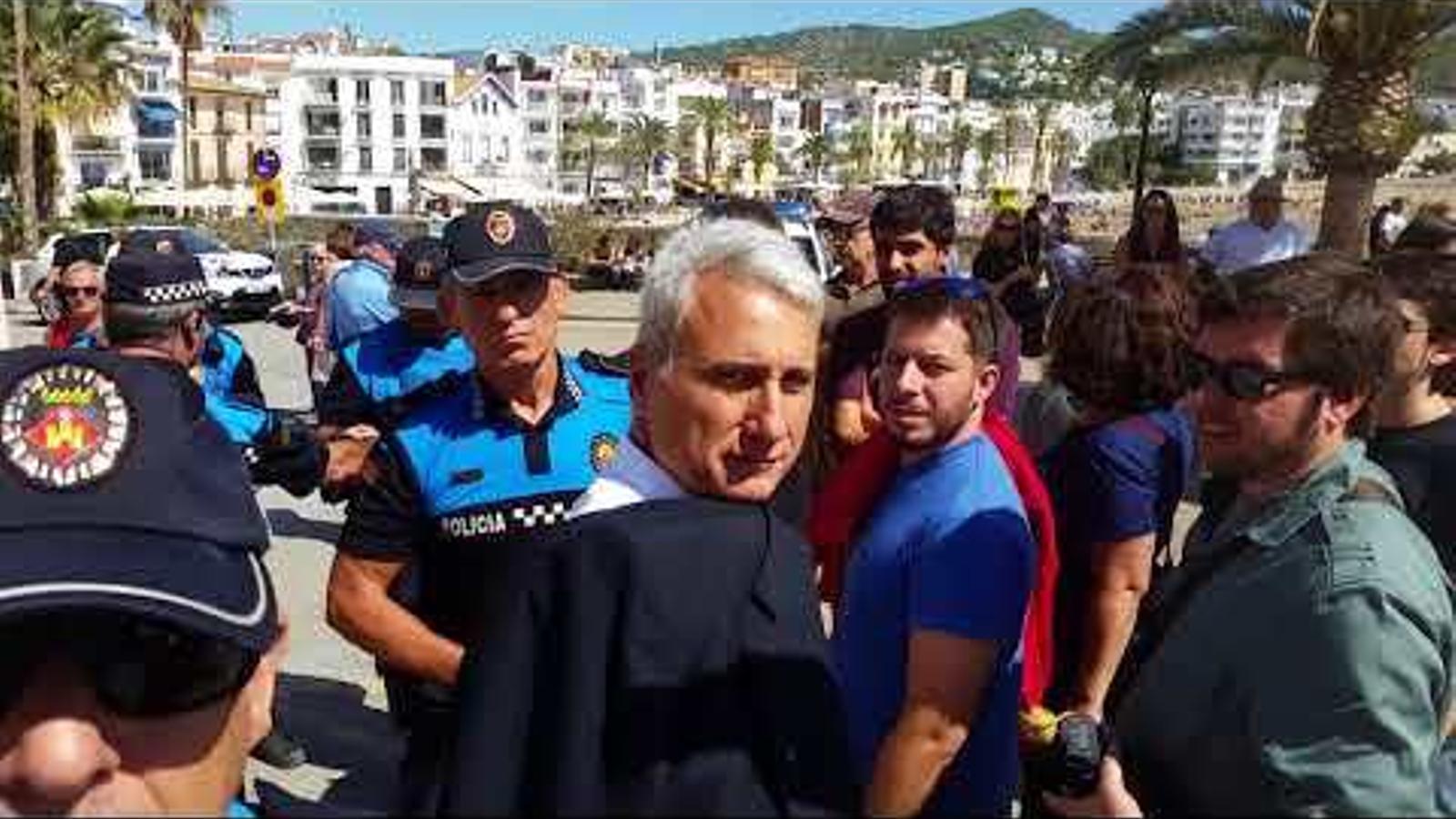 Agents de la policia local de Sitges li prenen el mòbil a un periodista que grava com identifiquen els organitzadors d'un acte per l'1-O
