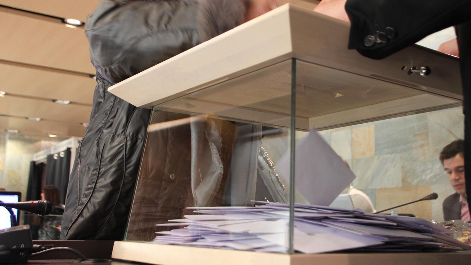 Vots en una urna a Ordino / M.G.