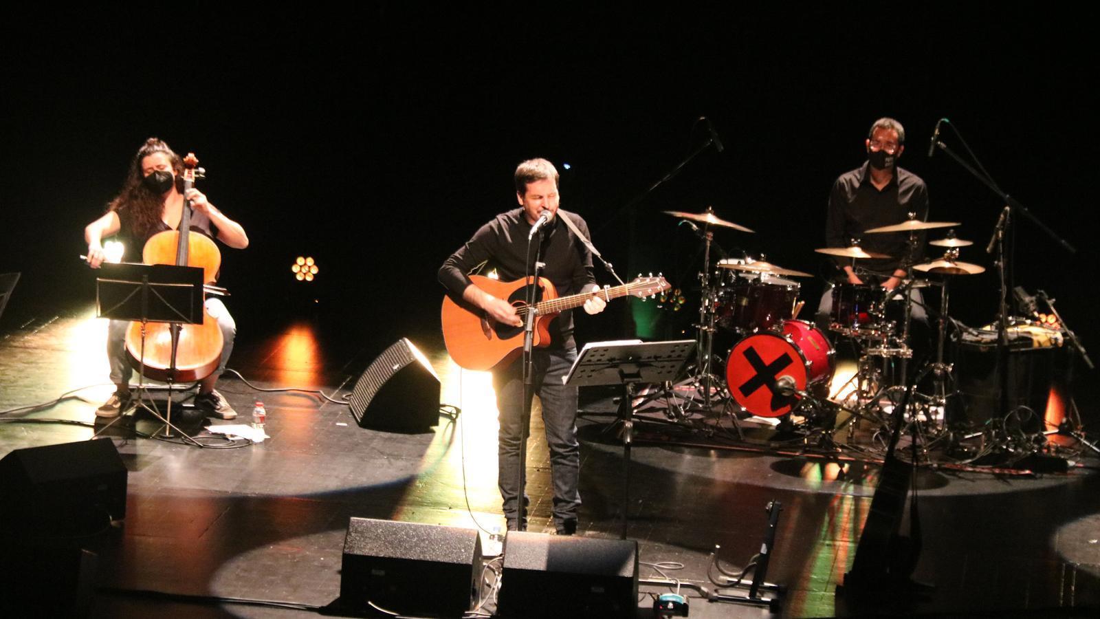Pau Alabajos durant el concert d'inauguració del Festival BarnaSants al Teatre Joventut de l'Hospitalet de Llobregat.