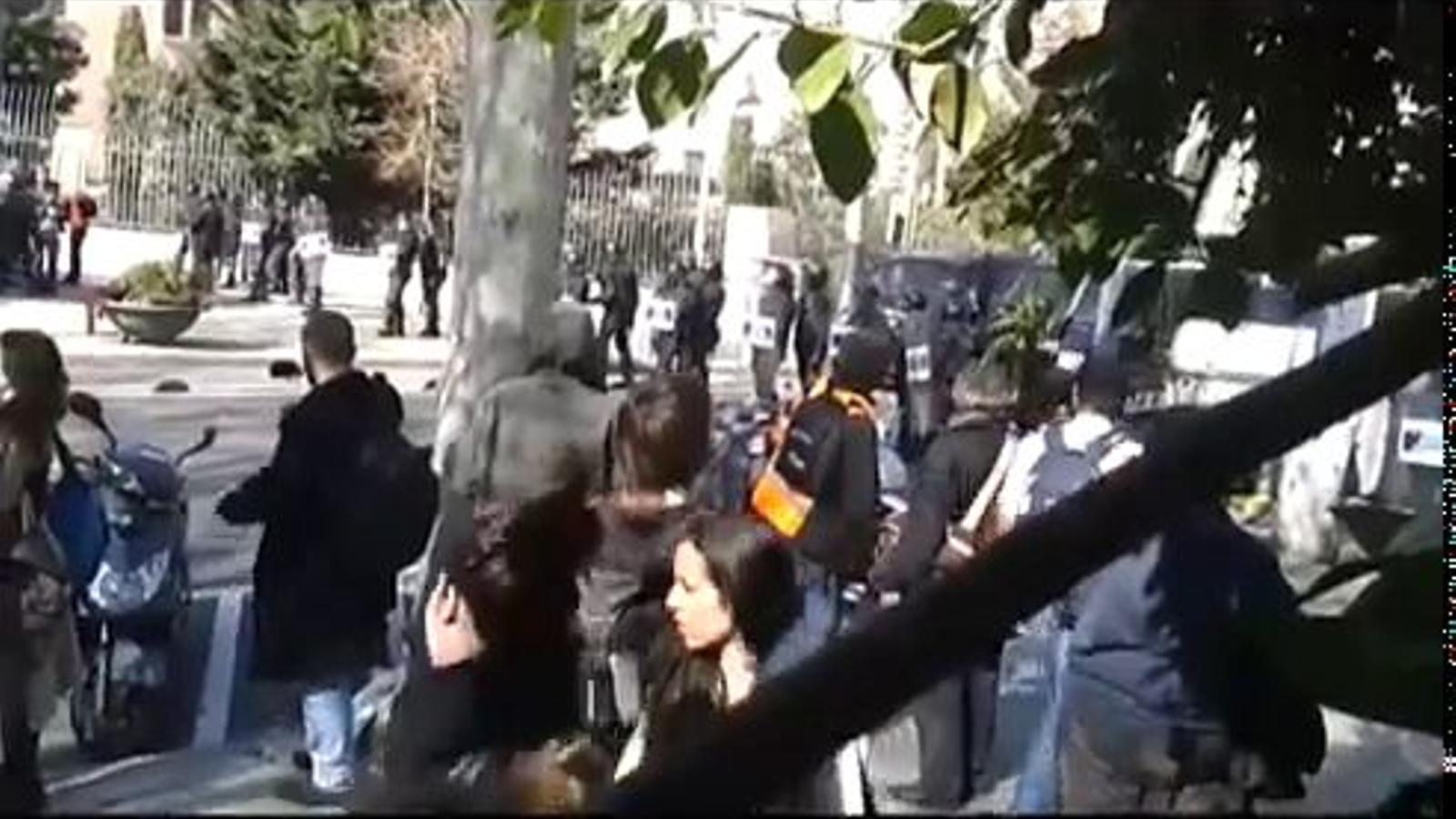Furgons policials s'obren pas entre els manifestants a les protestes d'estudiants