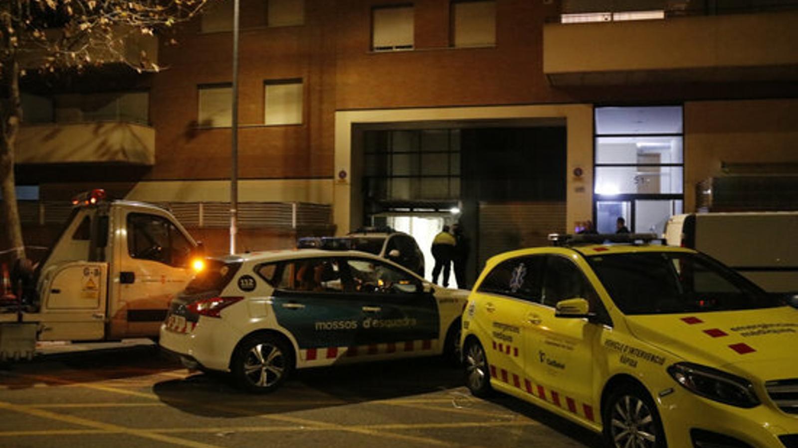 Dispositiu policial a Terrassa  després que un mosso assassinés la seva parella