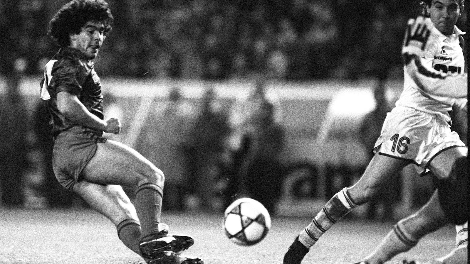 Diego Maradona del FC Barcelona, durant un partit amistos contra el Paris Saint Germain, el 13 de novembre de 1982, a París.
