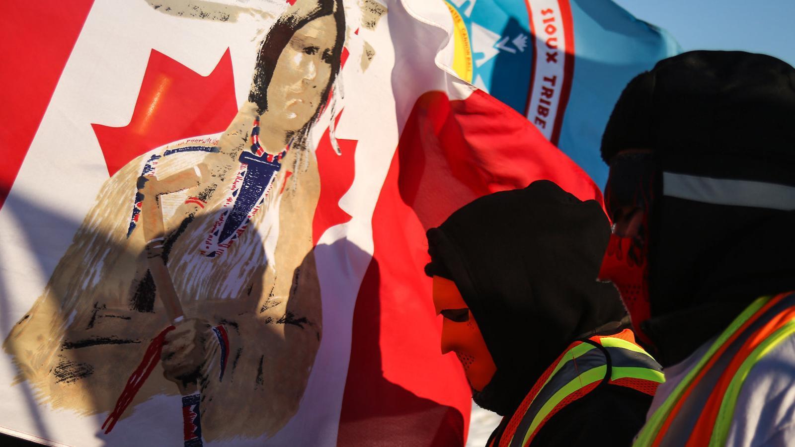 Representants indígenes del Canadà participen en un acte simbòlic i reivindicatiu per exigir justícia.