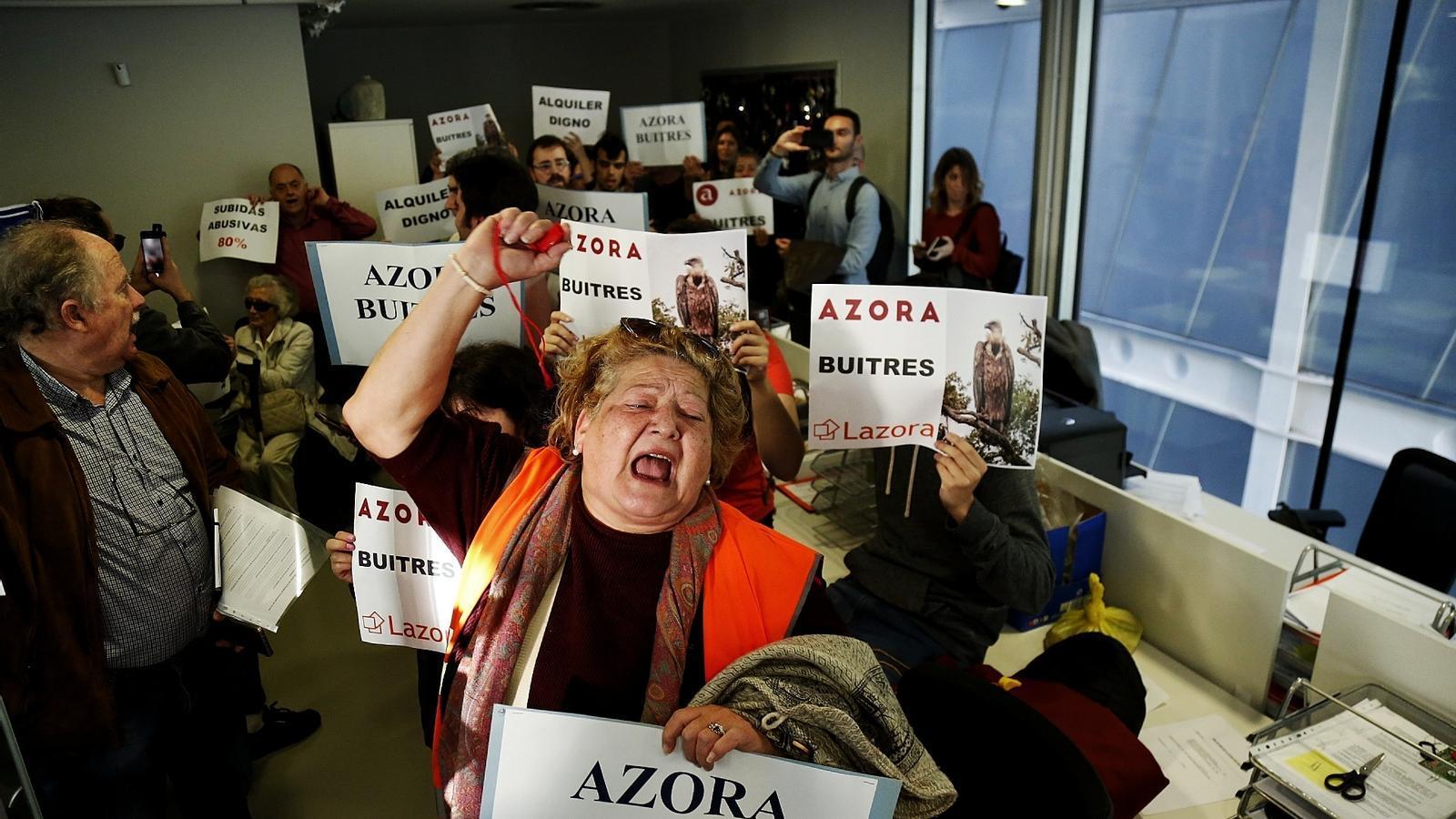 Més de 200 veïns ocupen les oficines d'un fons d'inversió per forçar una negociació dels lloguers