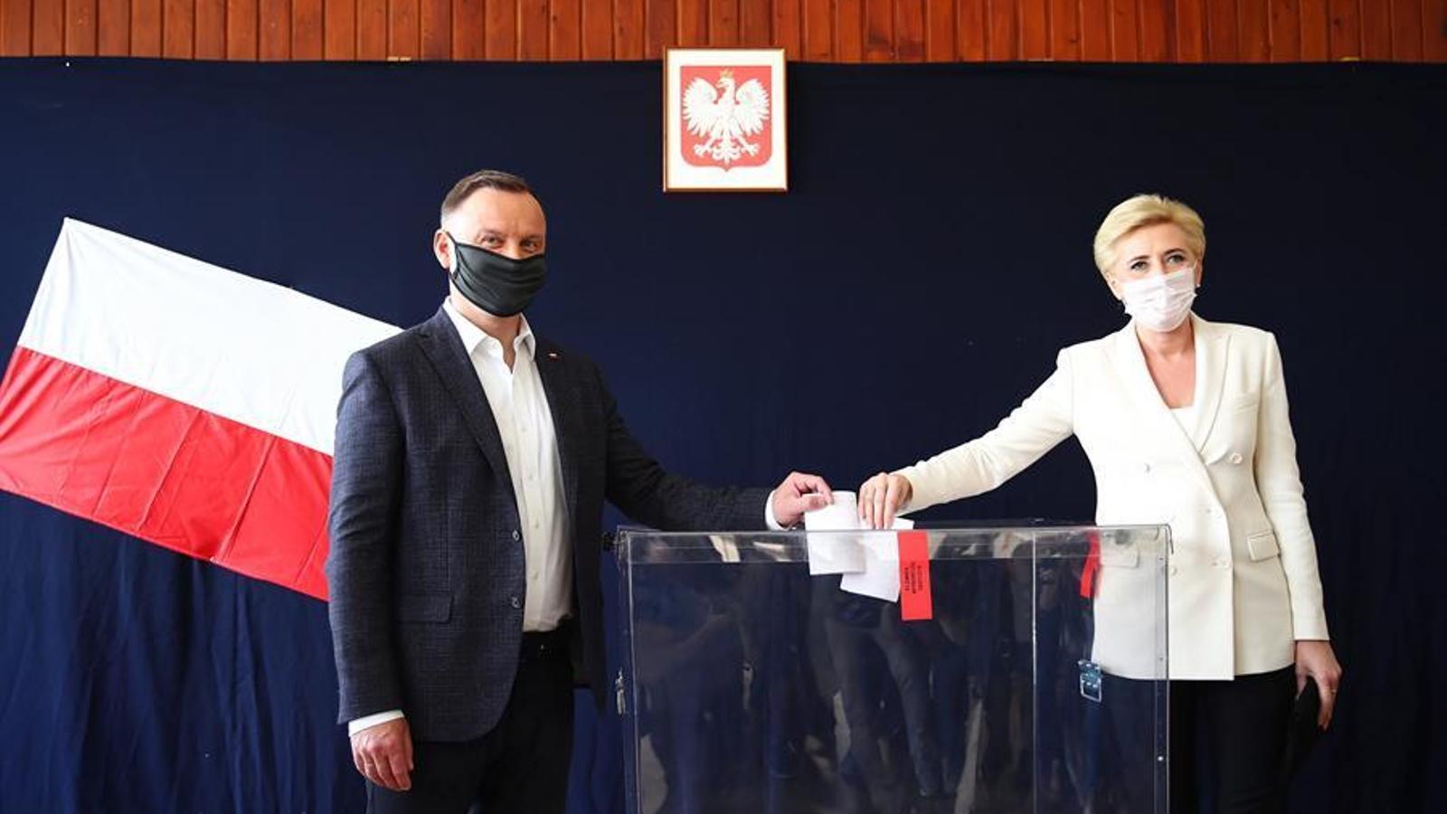 El president Andrzej Duda i la seva dona Agata Kornhauser-Duda votant en el col·legi de Cracòvia