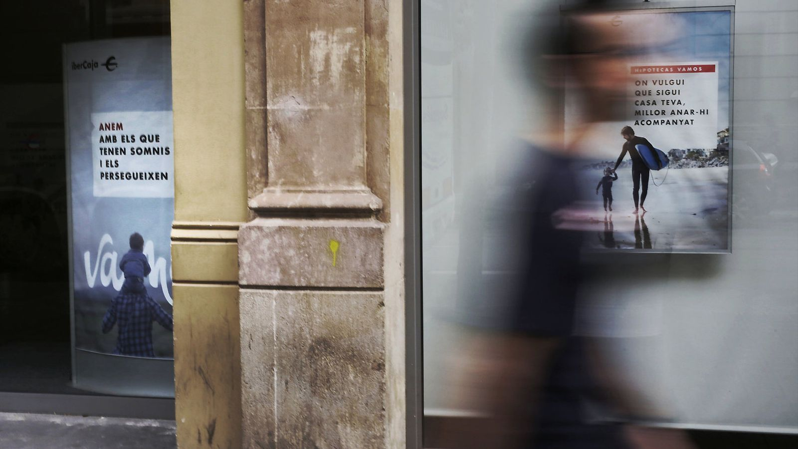 Oficina d'Ibercaja al centre de Barcelona. Les sucursals bancàries reflectien ahir la confusió sobre la qüestió.