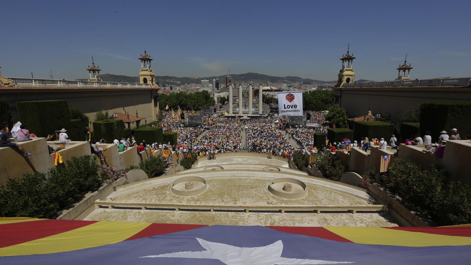 """Diversos membres de l'ANC d'Arenys de Munt, i altres a títol personal, van participar a la concentració """"Referèndum és Democràcia"""" que es va fer ahir a Barcelona per poder fer el referèndum de l'1 d'octubre."""