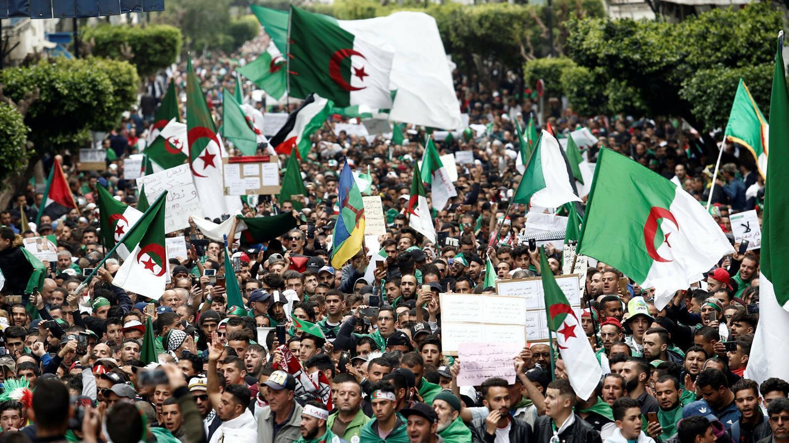 """Els algerians reclamen que """"marxin tots"""""""