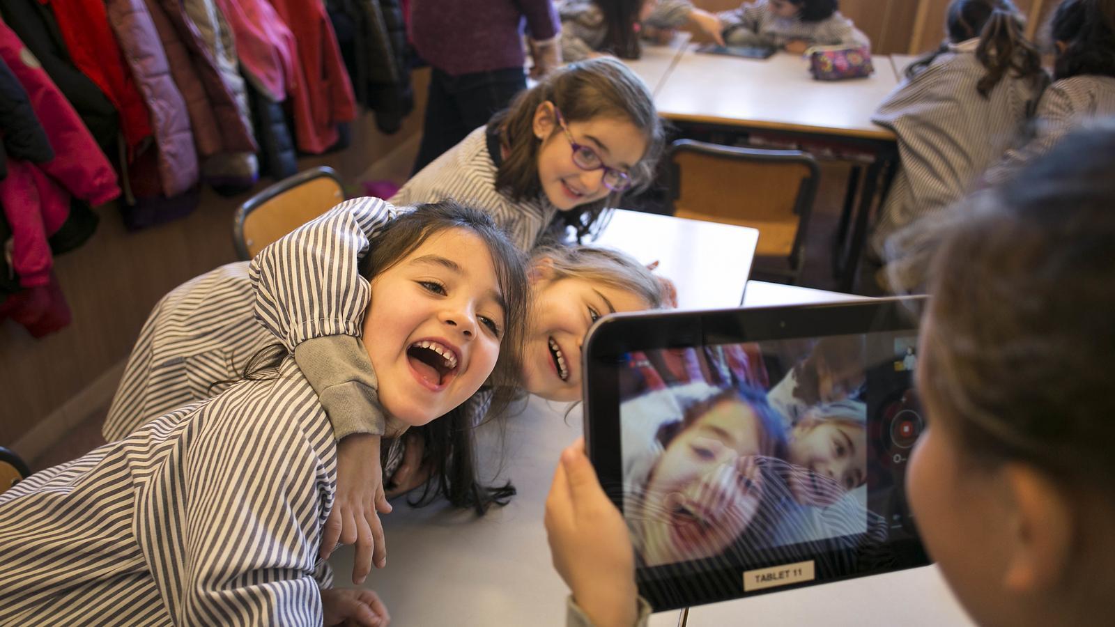 Alumnes de primària fan servir una tauleta a classe
