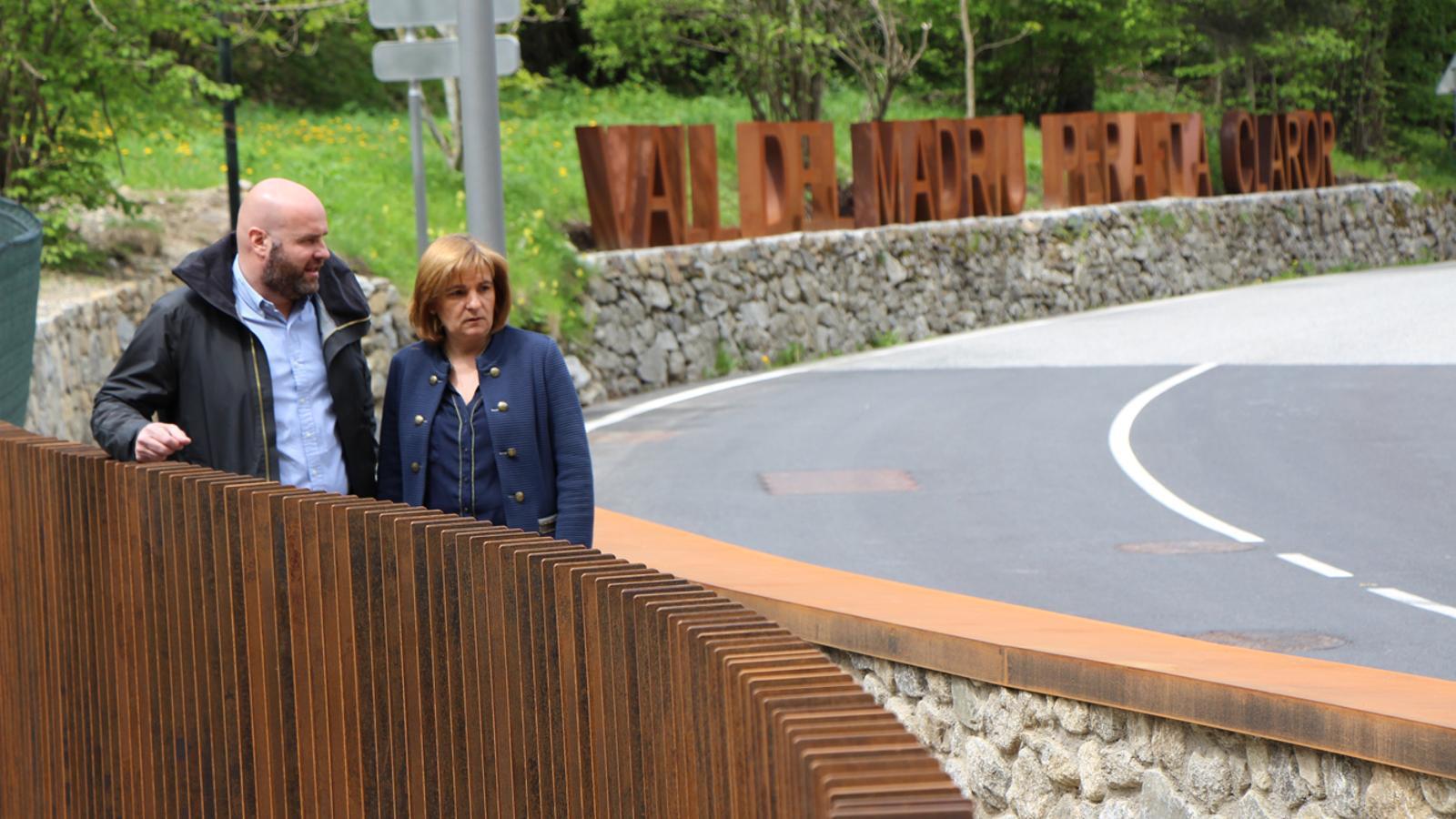 Els cònsols d'Escaldes-Engordany, Trini Marín i Marc Calvet, al nou pont de la Plana, amb les lletres de la Vall del Madriu Perafita Claror al fons. / L. M. (ANA)
