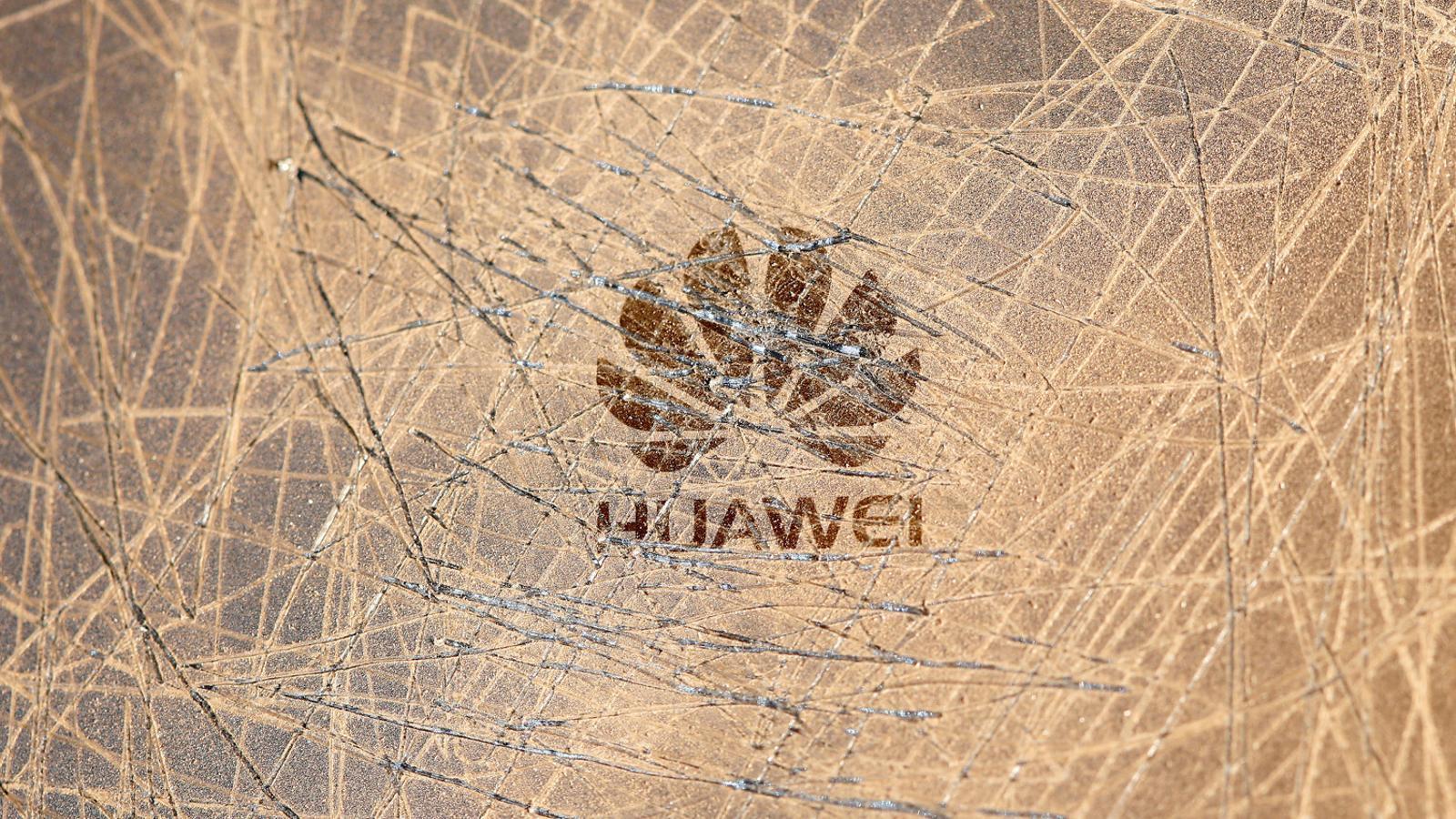 Caixa ratllada de Huawei, companyia que els Estats Units semblen disposats a enfonsar.