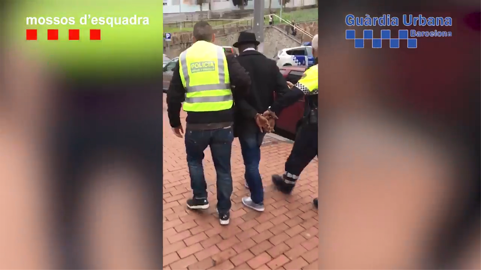 Agents dels Mossos d'Esquadra i la Guàrdia Urbana s'enduen un dels detinguts